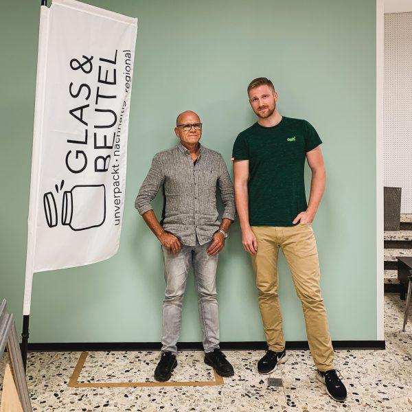 Auf dem Bild ist die Glas & Beutel Fahne zwei Männer zu erkennen. Roman Renz und Joerg Hauber sind innerhalb des Aufsichtsrats zur Führungsspitze gewählt worden.